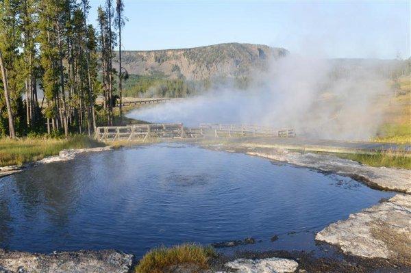 yellowstone_hot_spring (Medium).jpg